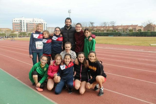 Grupo de atletas infantiles con su entrenador Soufiane