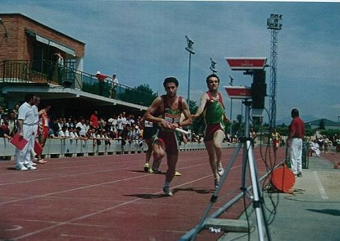 Joaquín Larrosa y Raúl Moreno se entregan el testigo en la última posta del 4x400 de la Liga Nacional de 1ª División celebrada en Logroño el 24 de mayo de 1.998