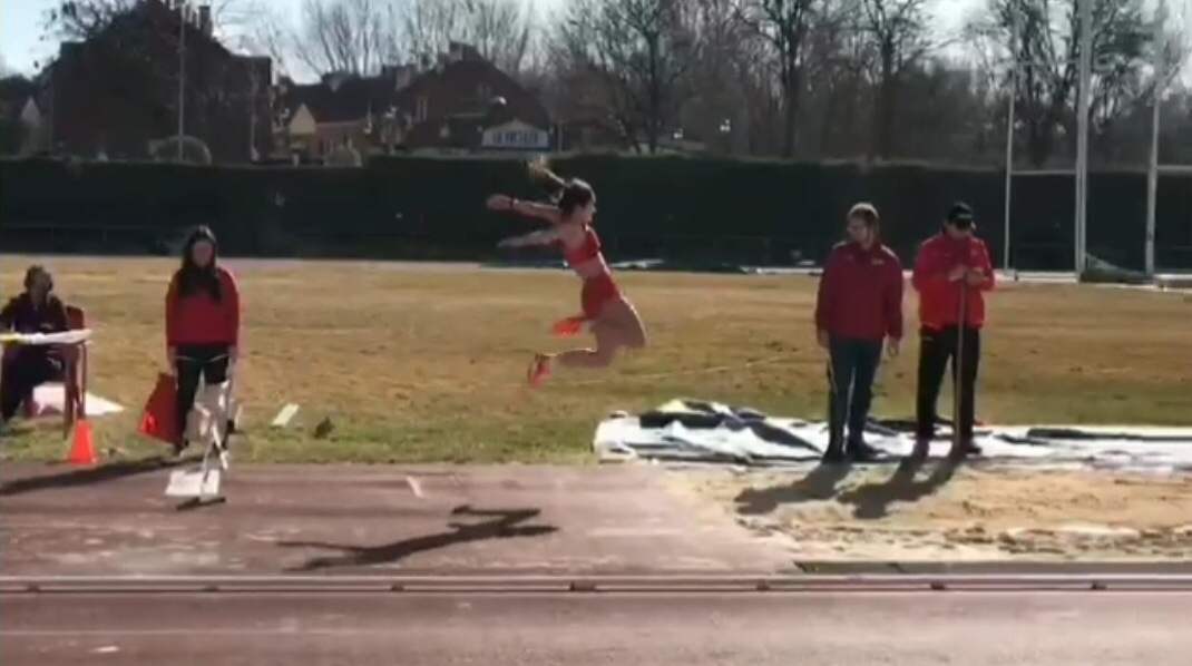 Selene Bargo en el vuelo del salto de longitud en el Campeonado de La Rioja (Sub 18)
