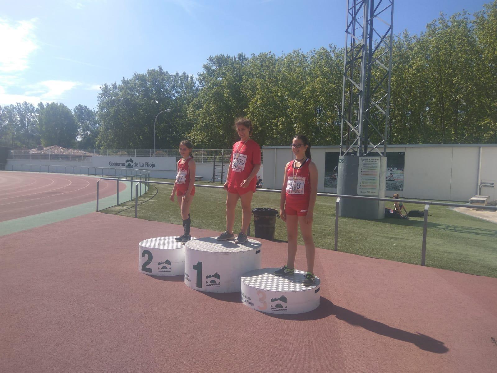 Sara Navaridas (2ª) y Ángela Yécora (3ª) en el podio del disco sub 14
